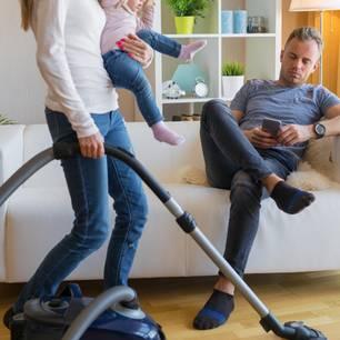 3 Sternzeichen, Die in Ihrer Beziehung Oft Überhört Werden: Frau putzt