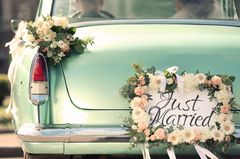 Blumendeko Hochzeit: Autoschmuck mit Blumen