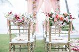 Blumendeko Hochzeit: Blumenschmuck für die Stühle