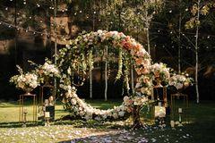 Blumendeko Hochzeit: Blumenbogen
