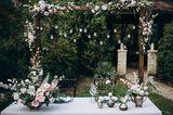 Blumendeko Hochzeit: Blumenbogen rustikal