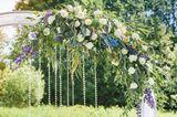 Blumendeko Hochzeit: Blumenbogen weiß