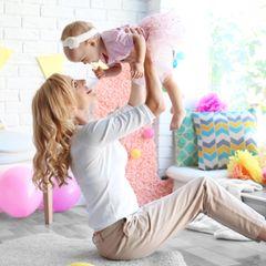 Erster Geburtstag: Mutter mit Baby