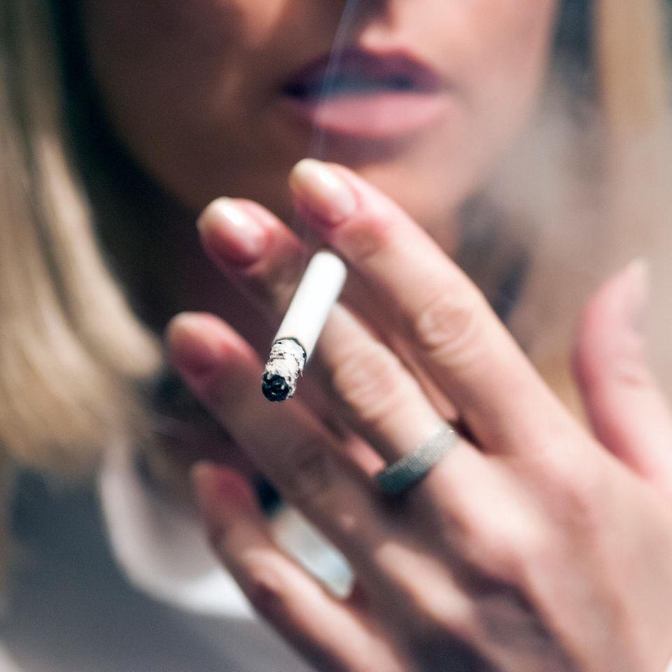 Corona aktuell: Rauchende Frau