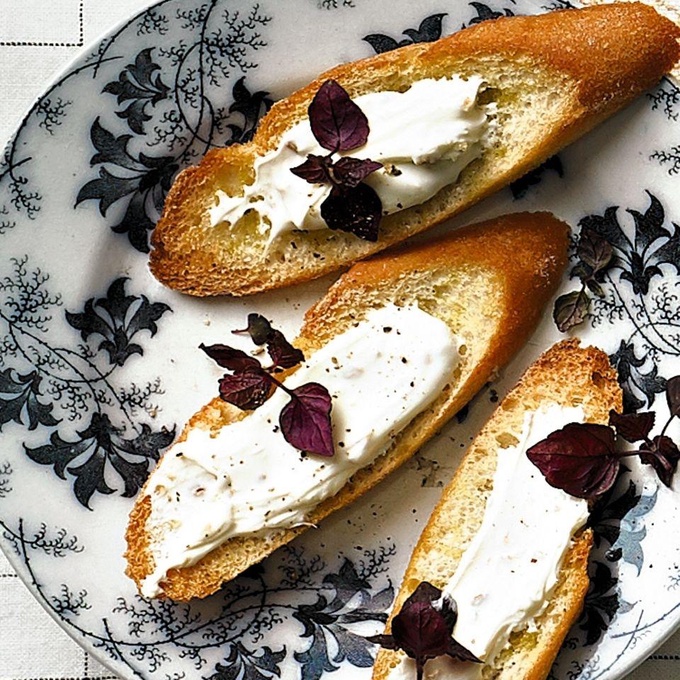 Crostini mit Bockshornklee-Creme