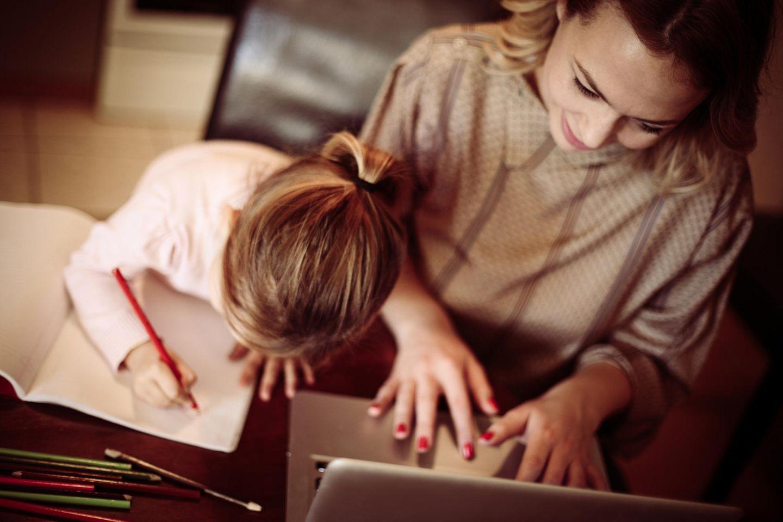 Job und Familie: Mutter am Laptop mit Kind