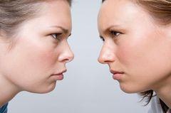 Auge um Auge, Zahn um Zahn: Zwei Frauen schauen sich grimmig an