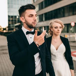 Partner raucht weiter: Rauchender Mann mit Frau