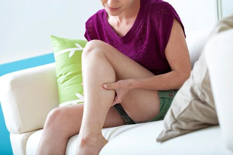Wadenkrämpfe trotz Magnesium: Frau untersucht ihr Bein
