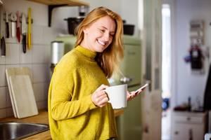 Frau mit Tasse lacht