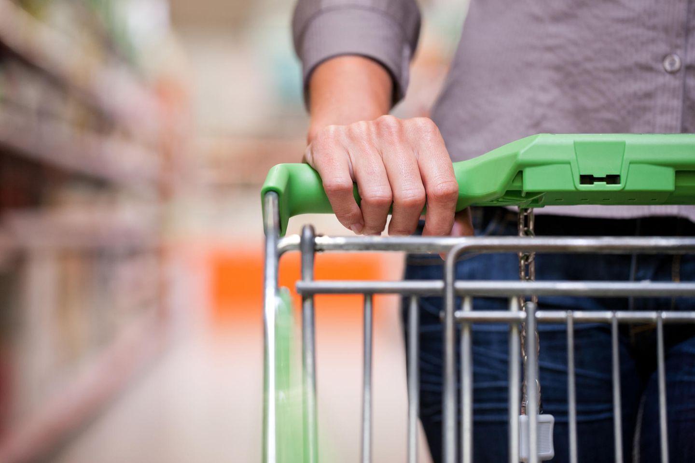 Corona-News: Frau mit Einkaufswagen