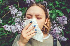 Heuschnupfen: Frau mit Taschentuch