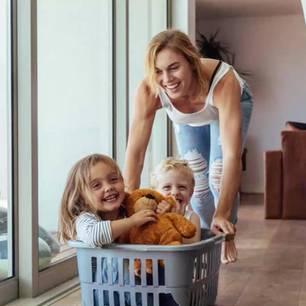 6 Sternzeichen, die die kleinen Freuden im Leben zu schätzen wissen: Frau mit Kindern