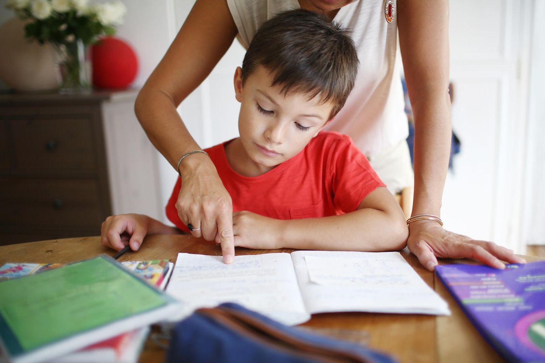 Coronavirus-News: 5 Expertentipps fürs Lernen zu Hause - Mutter hilft Sohn beim Lernen