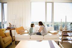 Corona aktuell: Mutter mit Tochter auf Couch