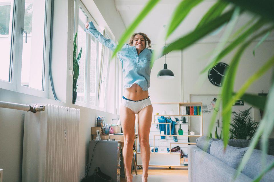 Positive Energie, Frau hüpft in Wohnung