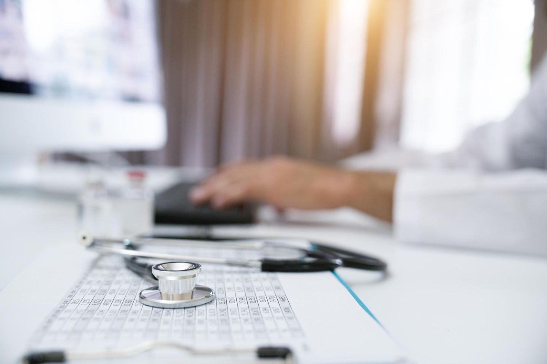 Coronavirus-News: Arzt-Schreibtisch