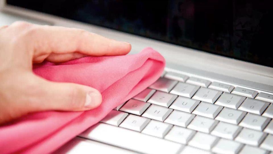 Tastatur desinfizieren: So reinigst du deinen Computer