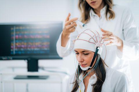 ADHS bei Erwachsenen: Frau mit Elektroden am Kopf