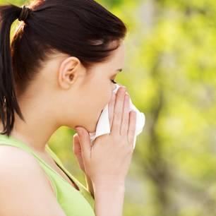 Pollenallergie: Frau mit Schnupfen