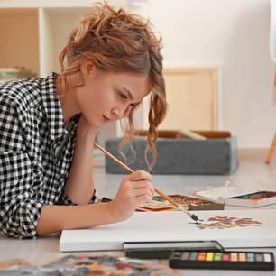 Das macht dein Sternzeichen am liebsten, wenn es Zeit für sich hat: Frau zeichnet
