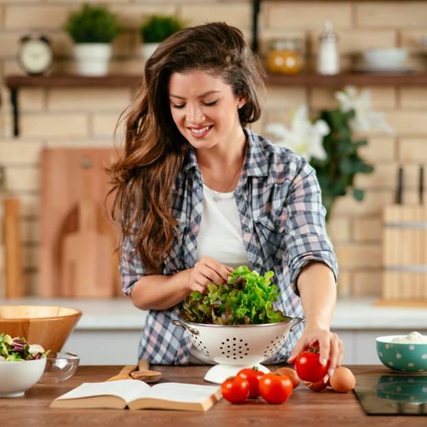 Fructosefreie Lebensmittel - Frau bereitet Salat zu