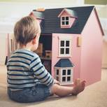 Nils Pickert: Junge vor rosa Puppenhaus