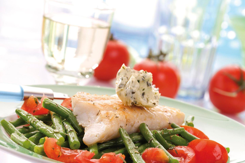 Butter bei die Fische: Fisch mit Kräuterbutter auf Teller