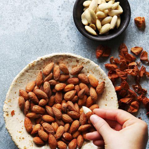 Mandeln schälen: Geschälte Mandeln in einer Schüssel