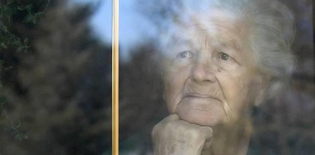 Coronavirus-News: Seniorin am Fenster