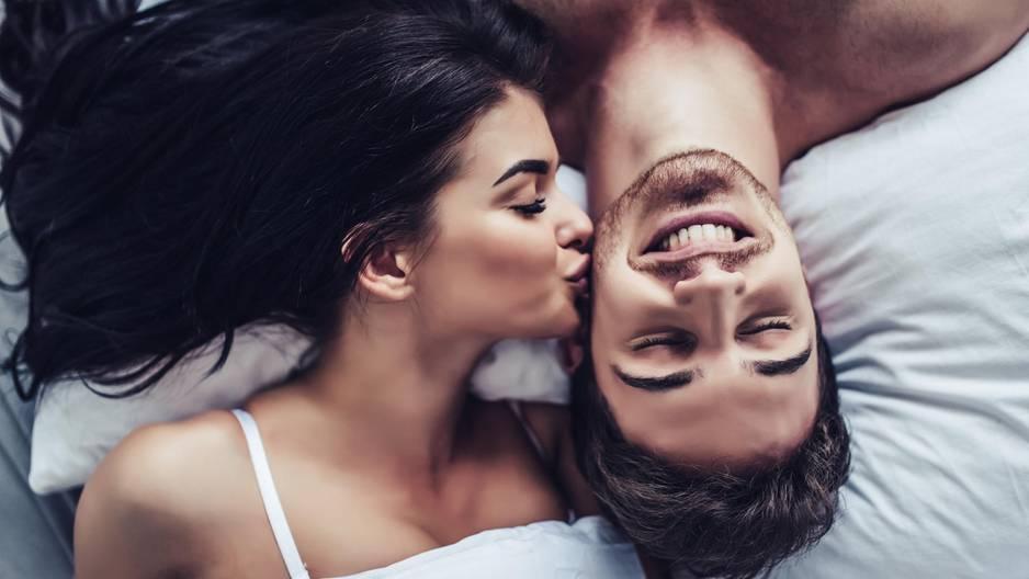 4 Sternzeichen, die es unerträglich finden, nicht neben ihrem Partner zu schlafen: Pärchen im Bett