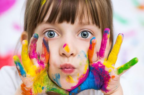 Pädagogische Konzepte im Kindergarten: Kind mit Schminke