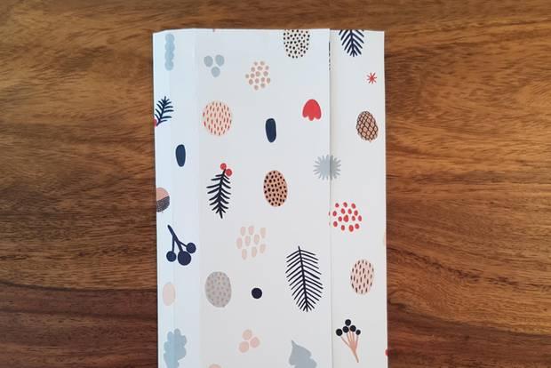Geschenktüten basteln: Bogen in der Mitte gefaltet