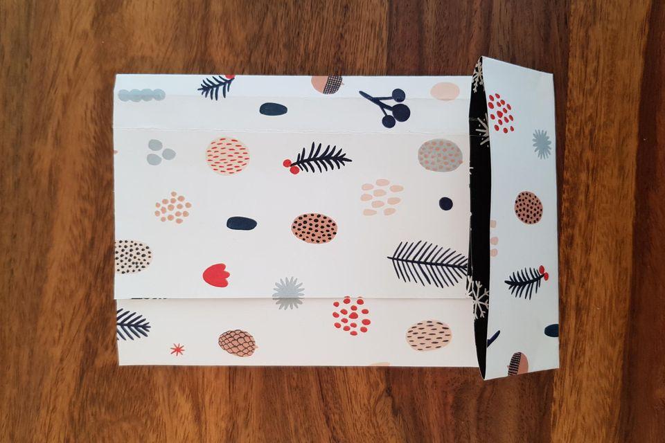 Geschenktüten basteln: Bogen, bei dem das untere Ende gefaltet ist