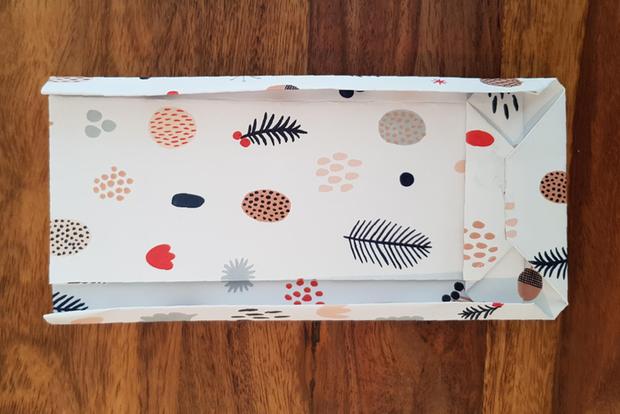 Geschenktüten basteln: Bogen mit gefaltetem Rand