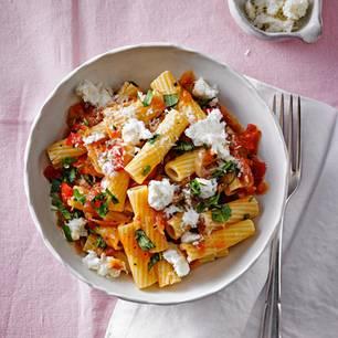 Schnelle Nudelgerichte: Pasta mit geschmorten Tomaten