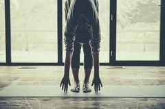 Corona-Challenge: Eine Frau macht zu Hause Yoga