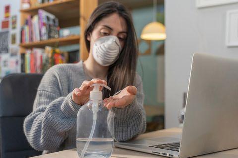 Coronavirus-News: Frau mit Mundschutz