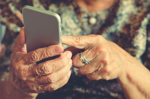 Corona aktuell: Oma mit Handy