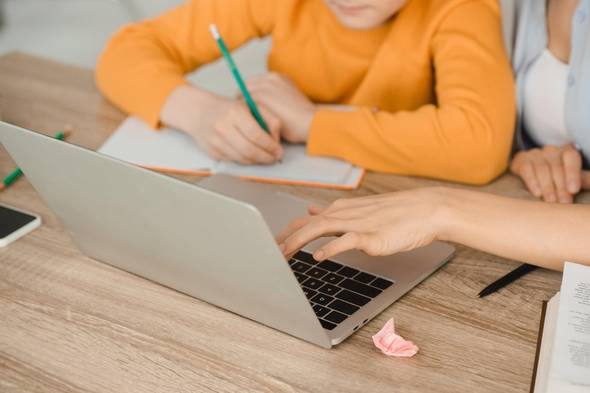 Corona aktuell: Kind sitzt vor Laptop
