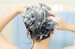 Schutz vor Ansteckung: Sollten wir uns jetzt auch häufiger die Haare waschen? Frau wäscht sich Haare