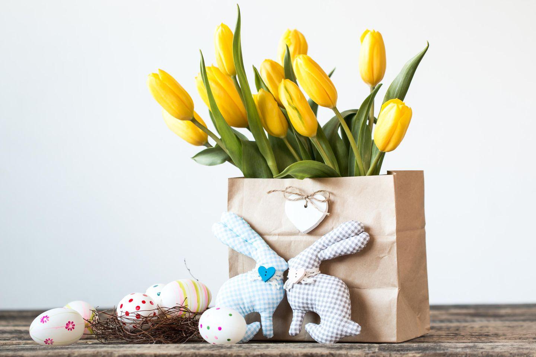 Ostergeschenke basteln: Tulpen und Stoffosterhasen