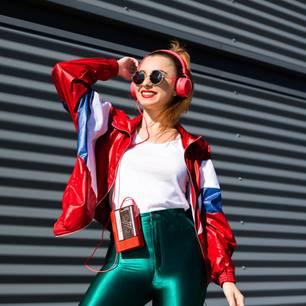 90er Mode: Mädchen im 90er Look mit Kopfhörern