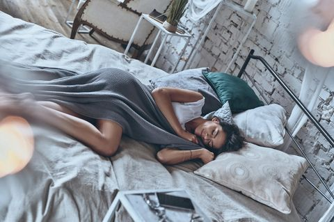 Sex: Frau liegt im Bett