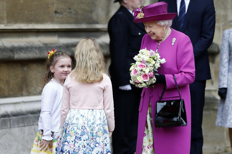 Queen Elizabeth mit zwei jungen Mädchen