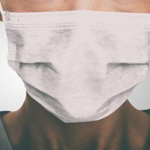 Corona aktuell: Medizinische Fachkraft mit Mundschutz