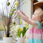 Coronavirus-News: Kind hängt Ostereier auf