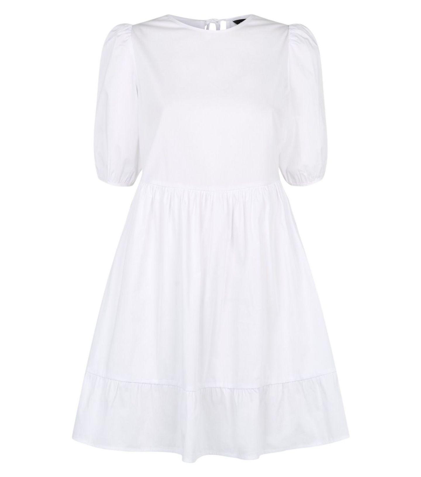 Ein weißes Kleid mit Puffärmeln gehört diesen Frühling zur Grundausstattung – dieser Schnapper von New Look wandert deswegen schnurstracks in unseren virtuellen Einkaufswagen. Um 23 Euro.