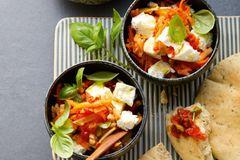 Scharfer Möhren-Basilikum-Salat mit Oliven-Tomaten-Relish