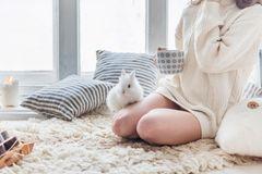 Ostern in der Coronakrise: Eine Frau mit einem Kaninchen